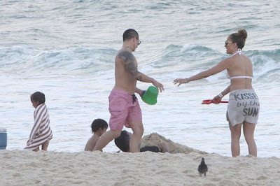 Bikini-Clad-Jennifer-Lopez-Casper-Smart-Hit-The-Beach