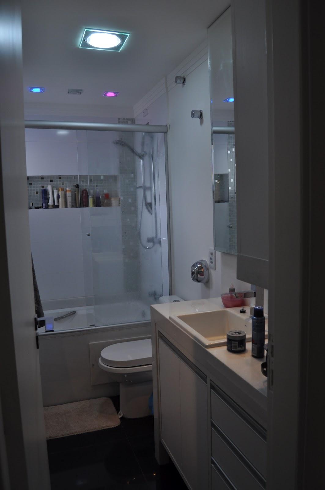nicho embutido para shanpoo com fundo revestido com pastilhas de vidro  #346F97 1063x1600 Banheira Para Banheiro De Apartamento