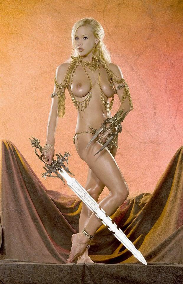 superbe jeune femme blonde nue parée comme une guerrière avec une épée et une lame à main
