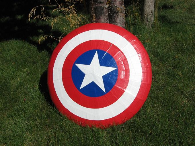 Escudo do Capitão América feito de papelão e fita adesiva