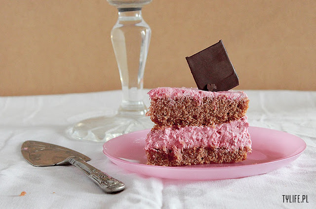 ciasto z truskawkami, strawberry cake, ciasto truskowkowe, tort truskawkowy, krem truskawkowy, masa truskawkowa, strawberry mousse, sponge cake,  biszkopt kakaowy,