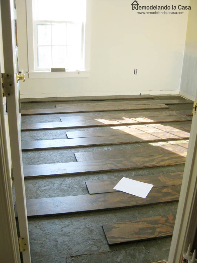 Diy plywood floors remodelando la casa they were laid perpendicular to the floor joists then like a puzzle the remaining pieces were brought for simple cuts across each plank i used a solutioingenieria Image collections
