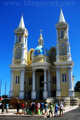 Catedral de São Sebastião em meio a turistas, em Ilhéus - Bahia