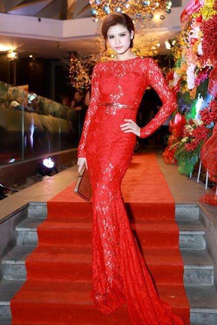 """Váy ren ôm dáng với thiết kế xuyên thấu giúp Trương Quỳnh Anh khoe vẻ đẹp """"gái một con""""."""