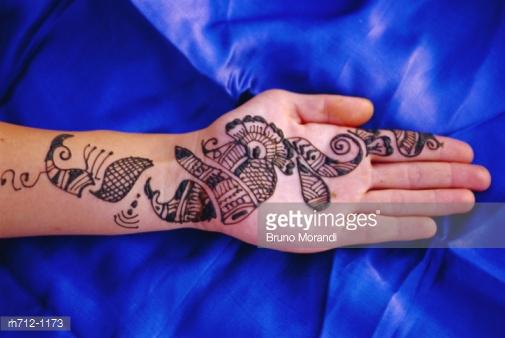 Mehndi designs in horizontal pattern