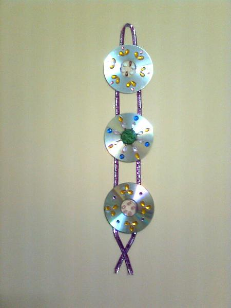 How to recycle recycled cd 39 s as an art decor for Wall hanging out of waste material