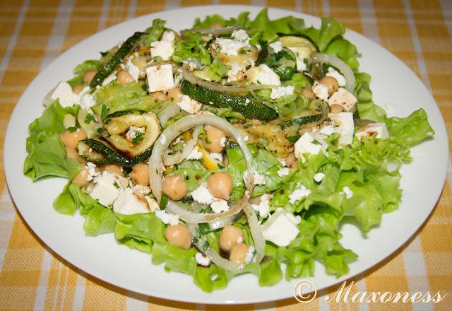 Салат с нутом, запеченными цуккини и лимоном