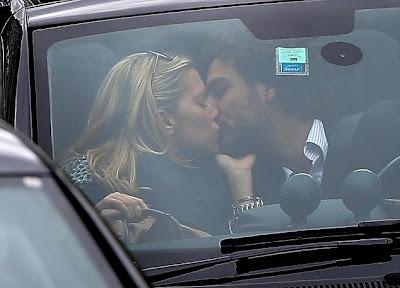 Sylvie van der Vaart innig zoenend met Guillaume Zarka