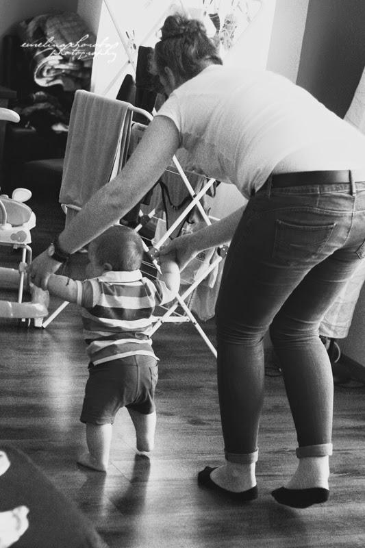fotografia Ewelina Choroba, bw, czarnobiałe, dziecko, chodzimy, pierwsze kroki, dziecko z ciocią