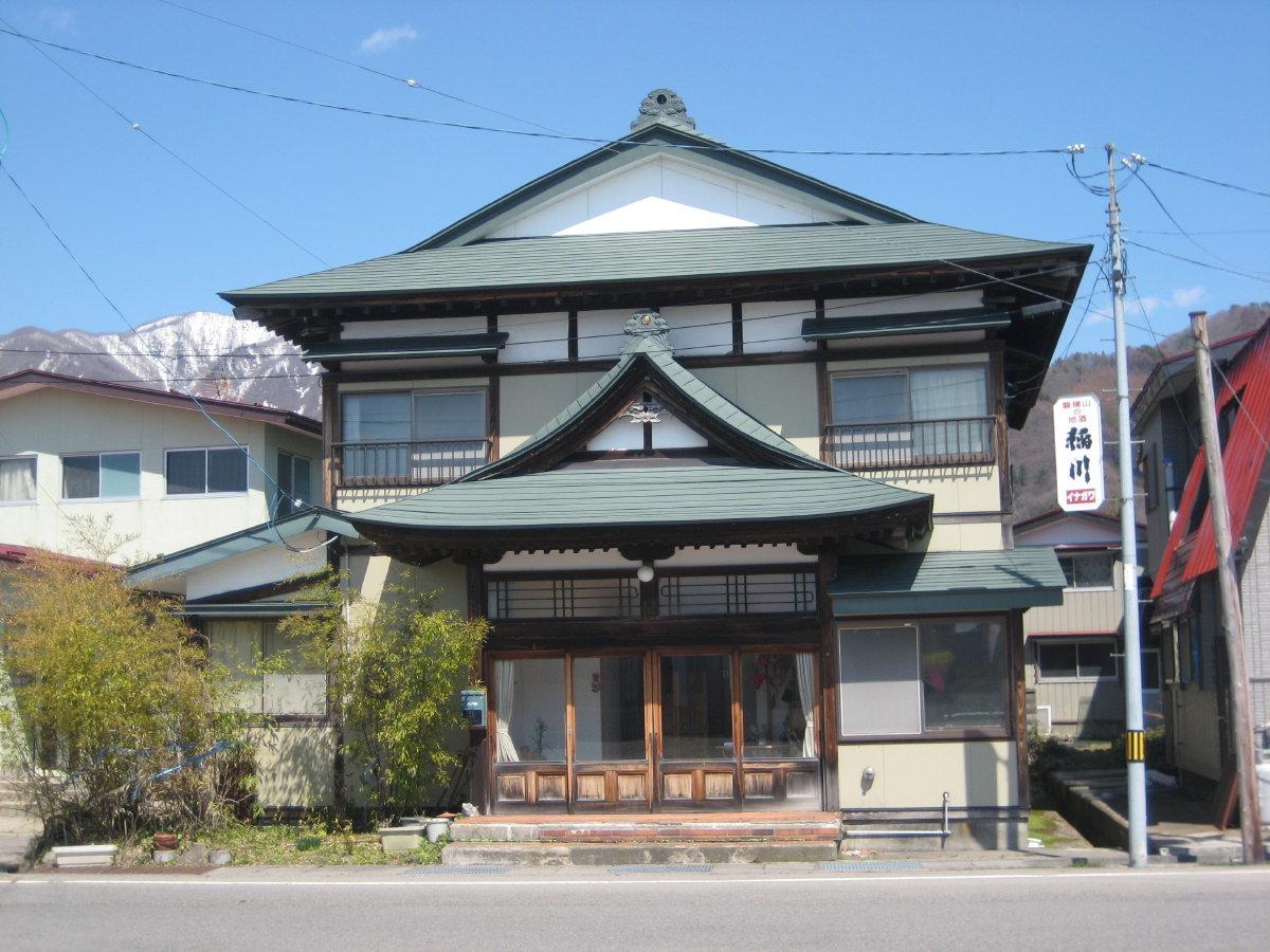 古い建物と街並みをもとめて: 川桁駅前の旅館 古い建物と街並みをもとめ... 古い建物と街並みを