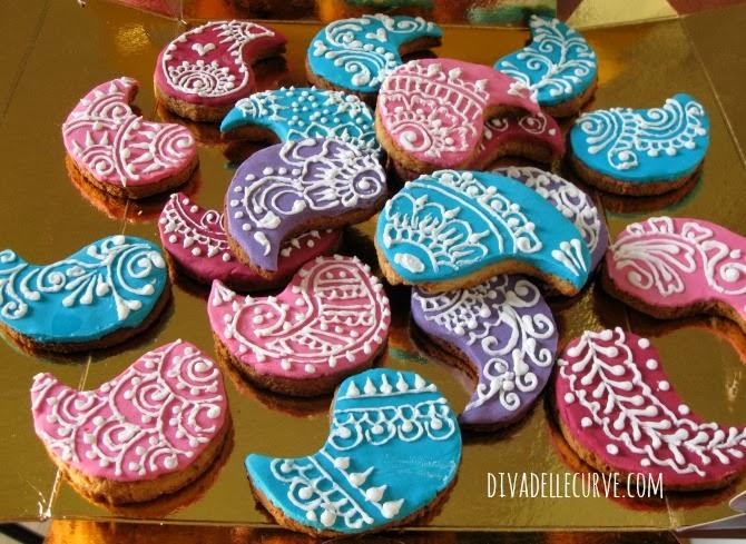 biscotti in stile mehndi con fondente colorato e ghiaccia reale