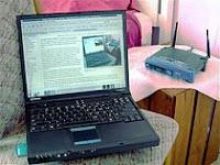 Notebook yang terhubungkan ke titik akses nirkabel menggunakan sebuah kartu nirkabel PCMCIA.