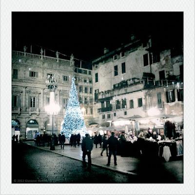 Fotografia dell'albero di Natale in Piazza Erbe, Verona.