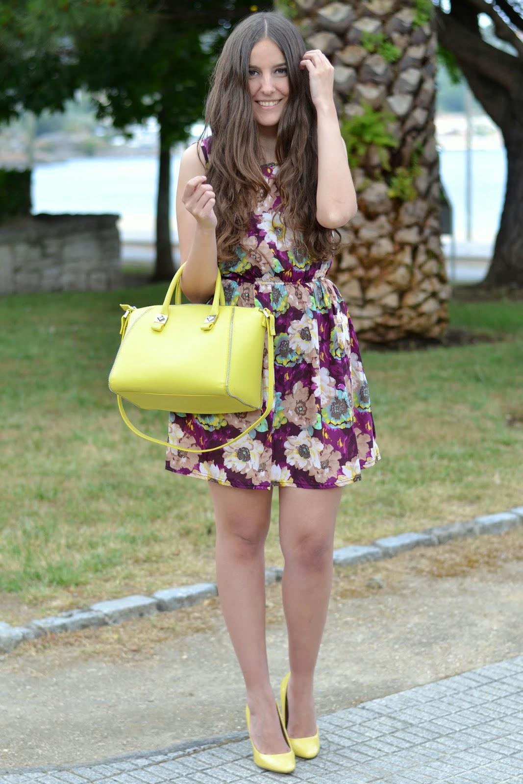 vestido violeta con bolso y zapatos amarillos