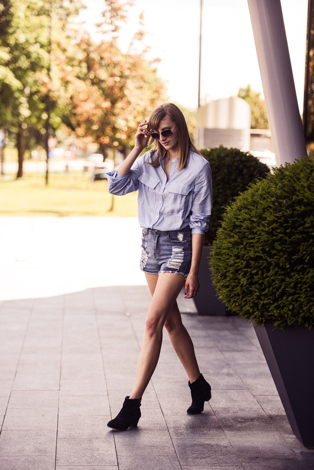 cut off high waisted shorts, blue shirt outfit, suede boots, blogger style