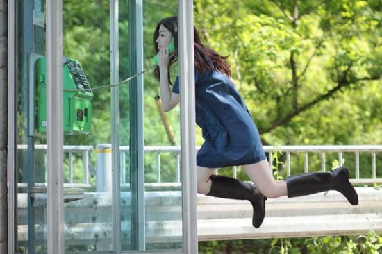 Natumi Hayashi - Levita num cabine telefónico