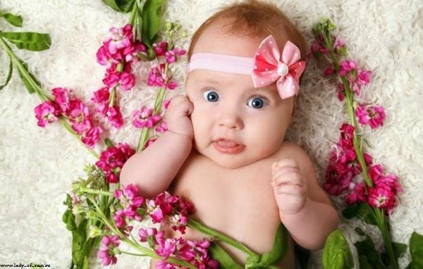 Bébé mignon fille drôle au yeux bleu