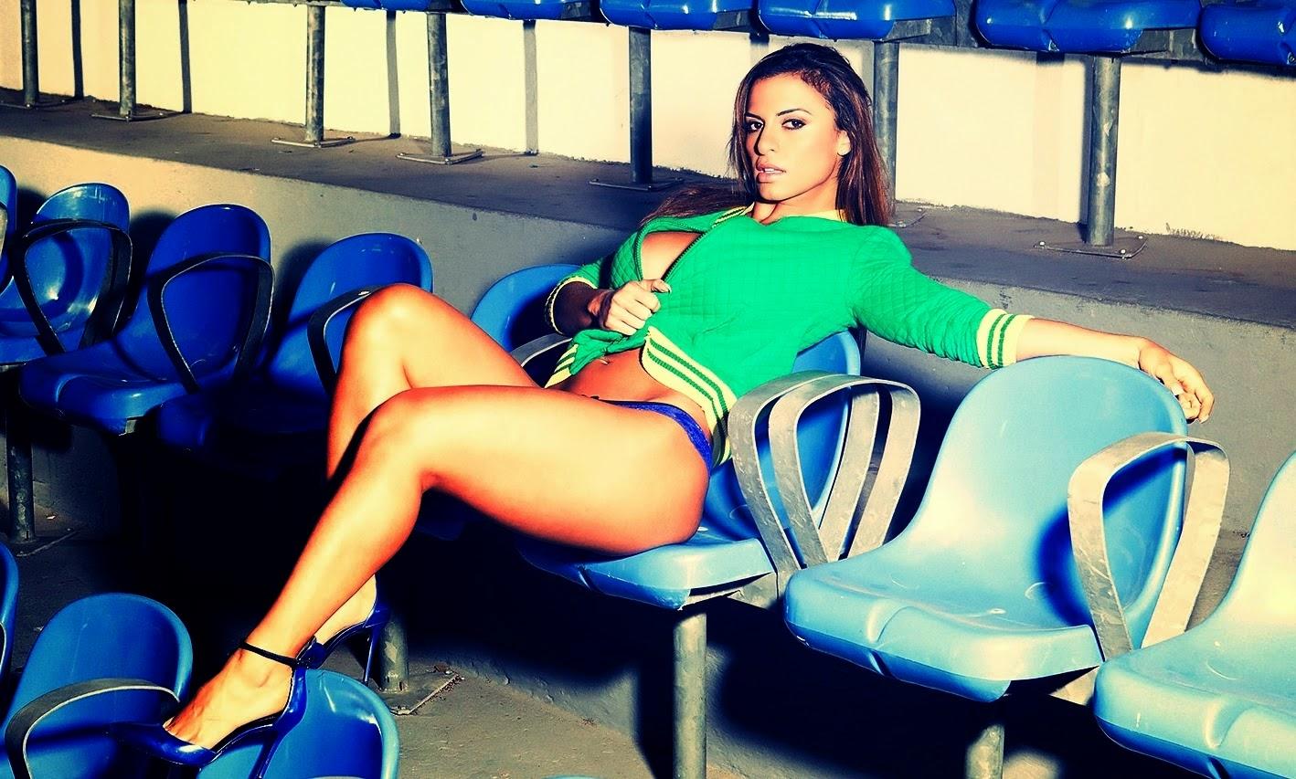 Carol Abranches em ensaio fotográfico nas cores da Seleção Brasileira de Futebol