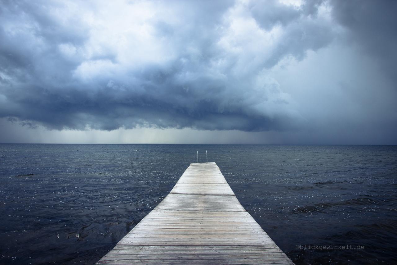 Steg und Sturm über dem Wasser