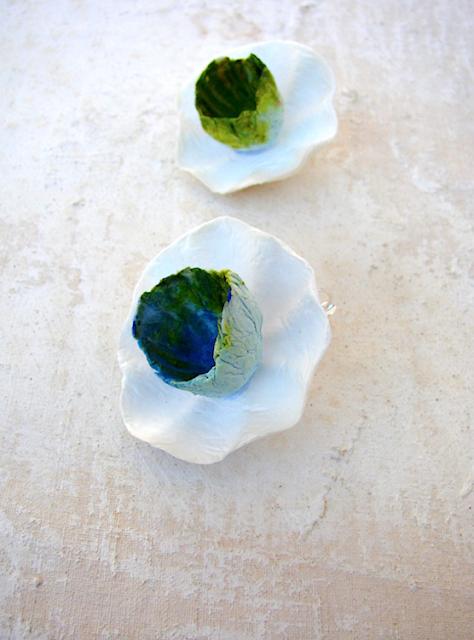 orecchini maxi fatti a mano modello fiore doppio, biancoverde blu