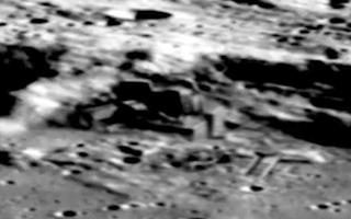 Fortaleza y Pirámides antiguas de origen alienígena en la Luna - Revelado 001-0301194429-Alien-base-Aliens-building-structure-moon