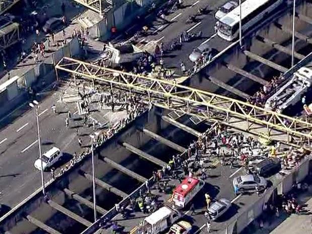 Motorista de caminhão que causou a queda de uma passarela no Rio de Janeiro falava ao celular na hora do acidenteborder=