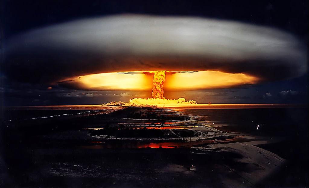 атомный гриб, возникающий при разрыве атомной бомбы