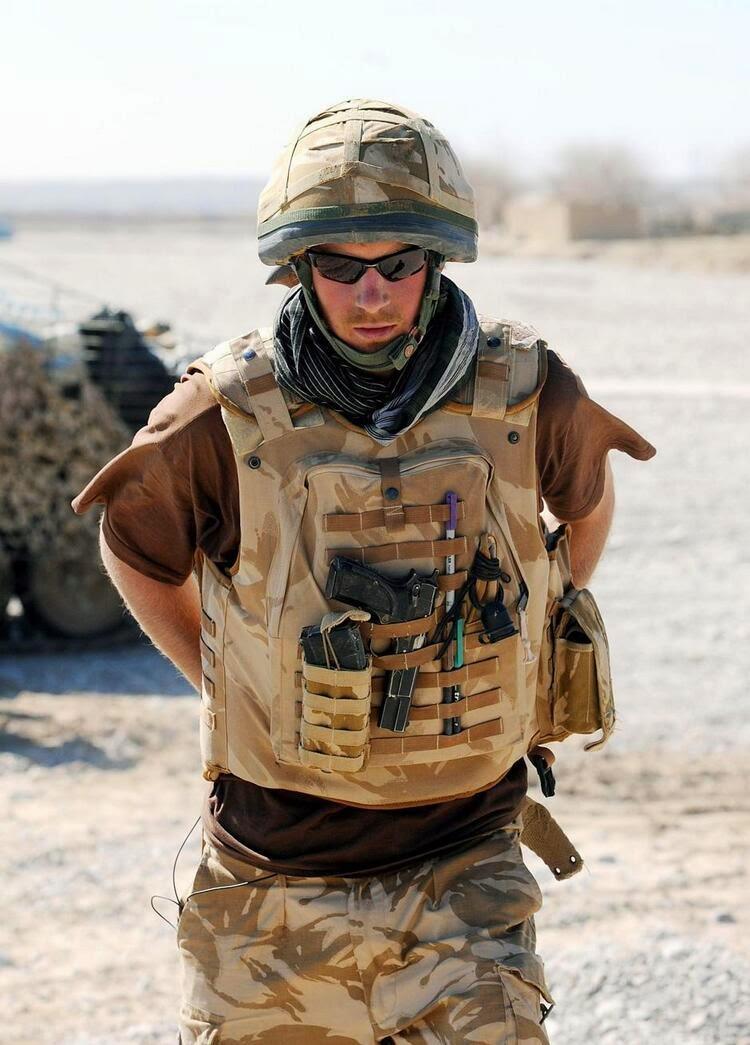 принц Гарри с пистолетом в бронежилете в пустыне провинции Гильменд, южный Афганистан.