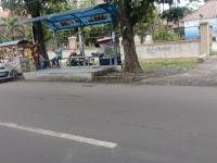 PKL di halte bus tepi jalan di Solo