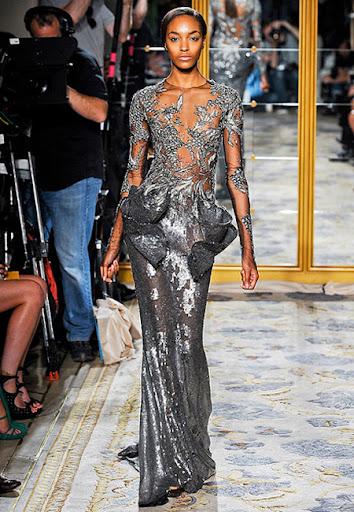 Сребърна рокля с ефектна бродерия на Marchesa