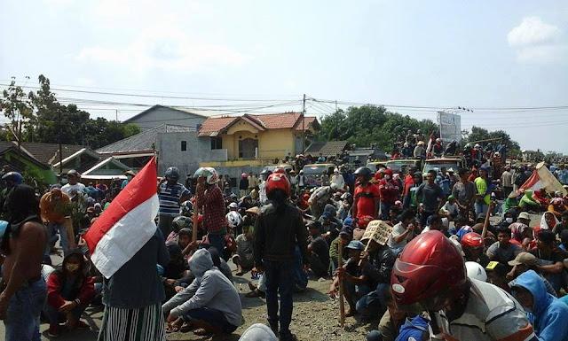 Para pengunjuk rasa menuntut agar Bupati Pati ,Haryanto mau menemui para pendemo yang terkait masalah perizinan pabrik semen di pegunungan kendheng pati.