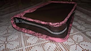 http://fabuloushomesewn.blogspot.ca/2013/02/zippered-book-cover-tutorial.html