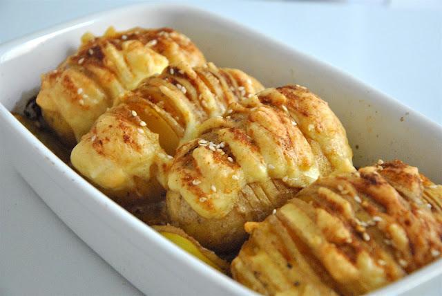 Frisch aus dem Ofen: Ofenkartoffeln mit Käse gefüllt