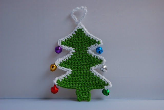 Crochet Christmas tree pattern and tutorial: image of completed crochet xmas tree