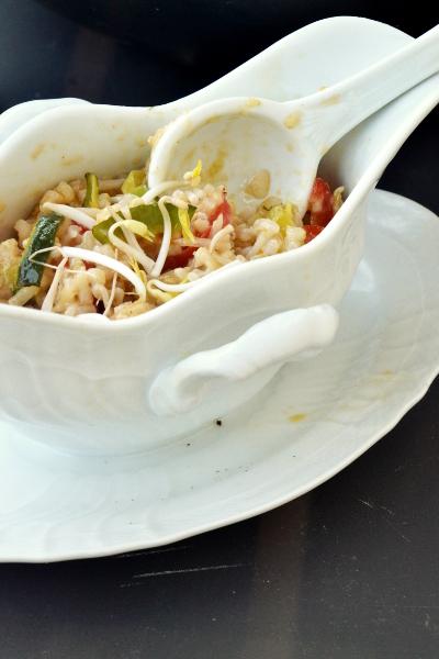 riso integrale con peperone rosso, zucchina e germogli di soia
