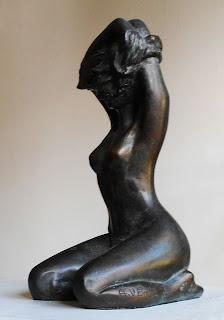 Statue Inès se déshabille vue de profil
