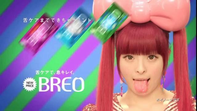 Petite fille chante dans des bonbons videoclip