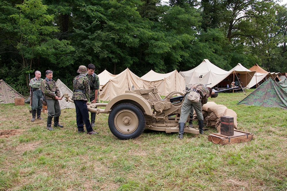 fasi di montaggio della contraerea al campo tedesco