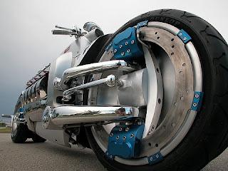 O propulsor é um V10 8.3 litros SRT10, o mesmo que equipa a poderosa Dodge RAM e o nervoso Viper, a divisão de peso ficou em 51% na parte dianteira e 49% na traseira, o que torna a distribuição ideal para altas velocidades. O que levantou certa estranheza aos críticos, foi a questão da motoca ter quatro pneus, o que a tornaria um carro, não uma moto como a Chrysler quer que seja. Para atingir os 100 km/h são necessários apenas 2,5 segundos, para quem acha que ter um Honda CBR 1000 é coisa de outro mundo, a velocidade final da Dodge Tomahawk beira os 480 km/h.