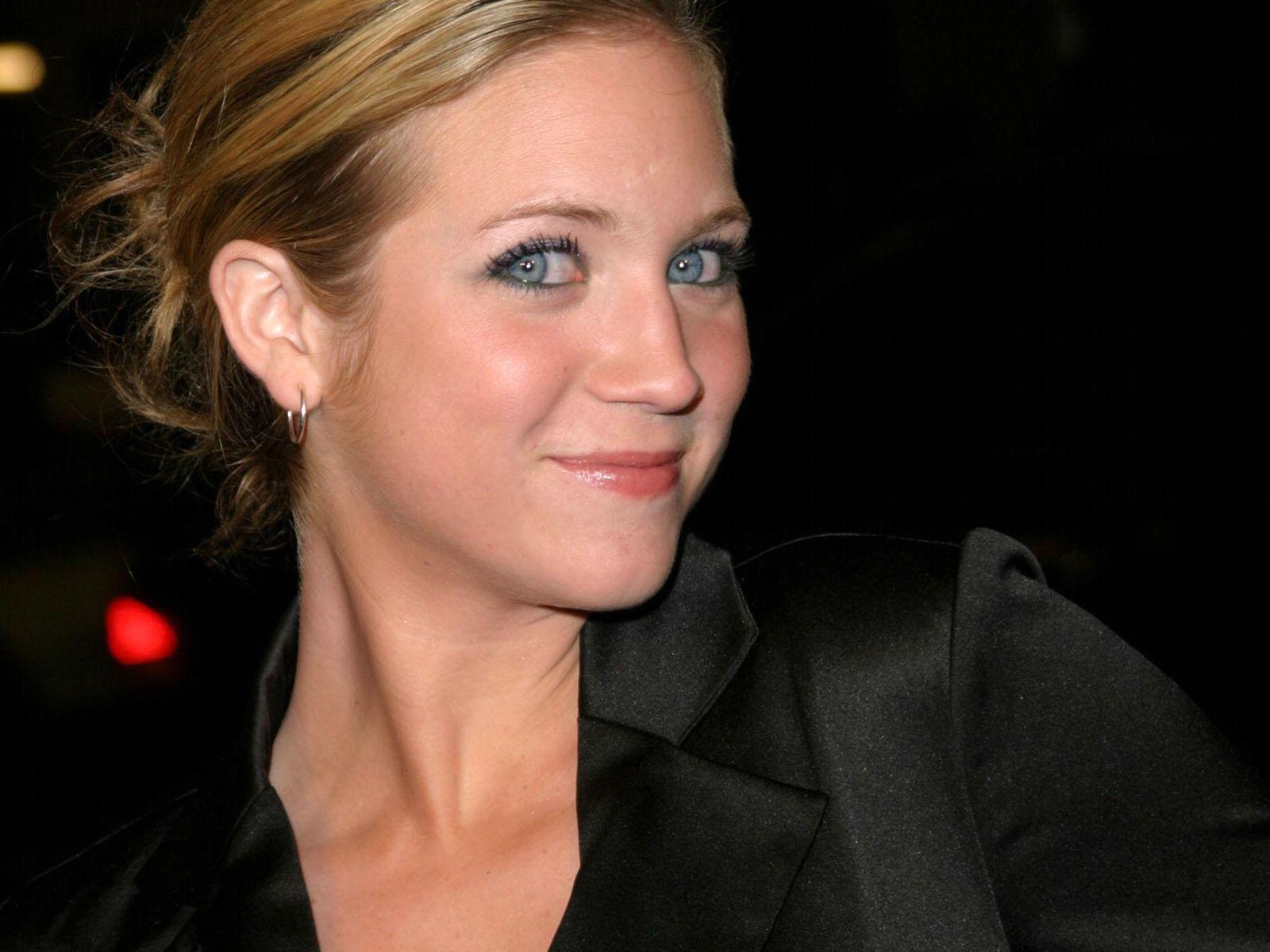 http://2.bp.blogspot.com/-gz5M2CZU1ic/T1EFS85ba2I/AAAAAAAABF4/yke50GTxCpQ/s1600/0001-Brittany_Snow_1.jpg