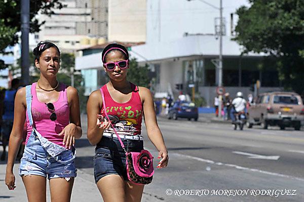 Jóvenes usando ropa adecuada para el verano, pasean por la calle 23, La Rampa, en La Habana, Cuba, el 31 de julio de 2013.