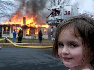 meme da garota do desastre, meme garota incêndio, meme garota malvada, meme garota disaster, meme disaster gil, meme disastre girl, meme desaster girl, meme dave roth, meme desastres