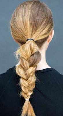 ikat rambut ekor kuda rendah lalu kepang rambut
