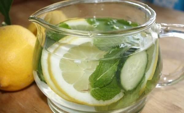 jarra com água, limão,pepino e hortelã