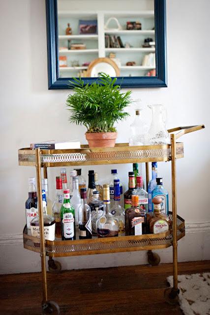 mesa auxiliar para las bebidas, dorada y antigua