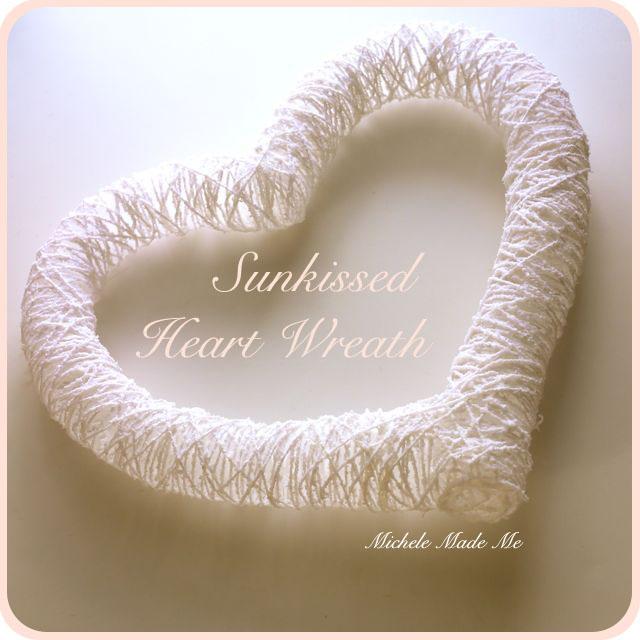 Corazón blanco creado con hilos de algodón entrecruzados.