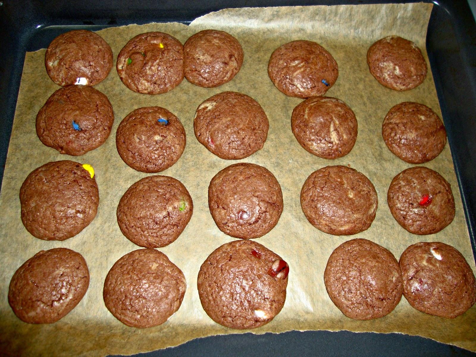 cookies con lacasitos en la bandeja del horno