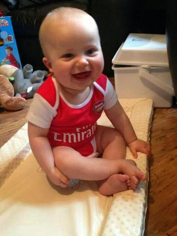 Gambar bayi lucu pakai baju seragam sepak bola arsenal