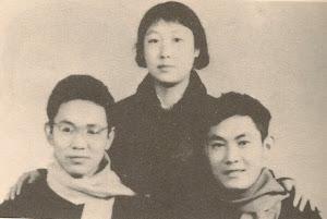 1970年春节前,被警察轰走之前的姐弟三人合影。左:小弟罗勉; 右:大弟罗文。