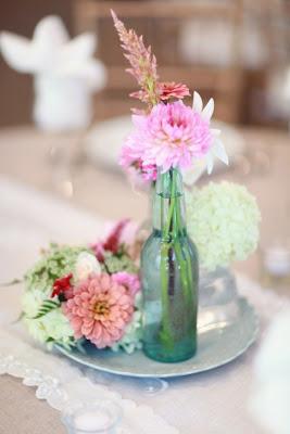 decorar con botellas de cristal y flores